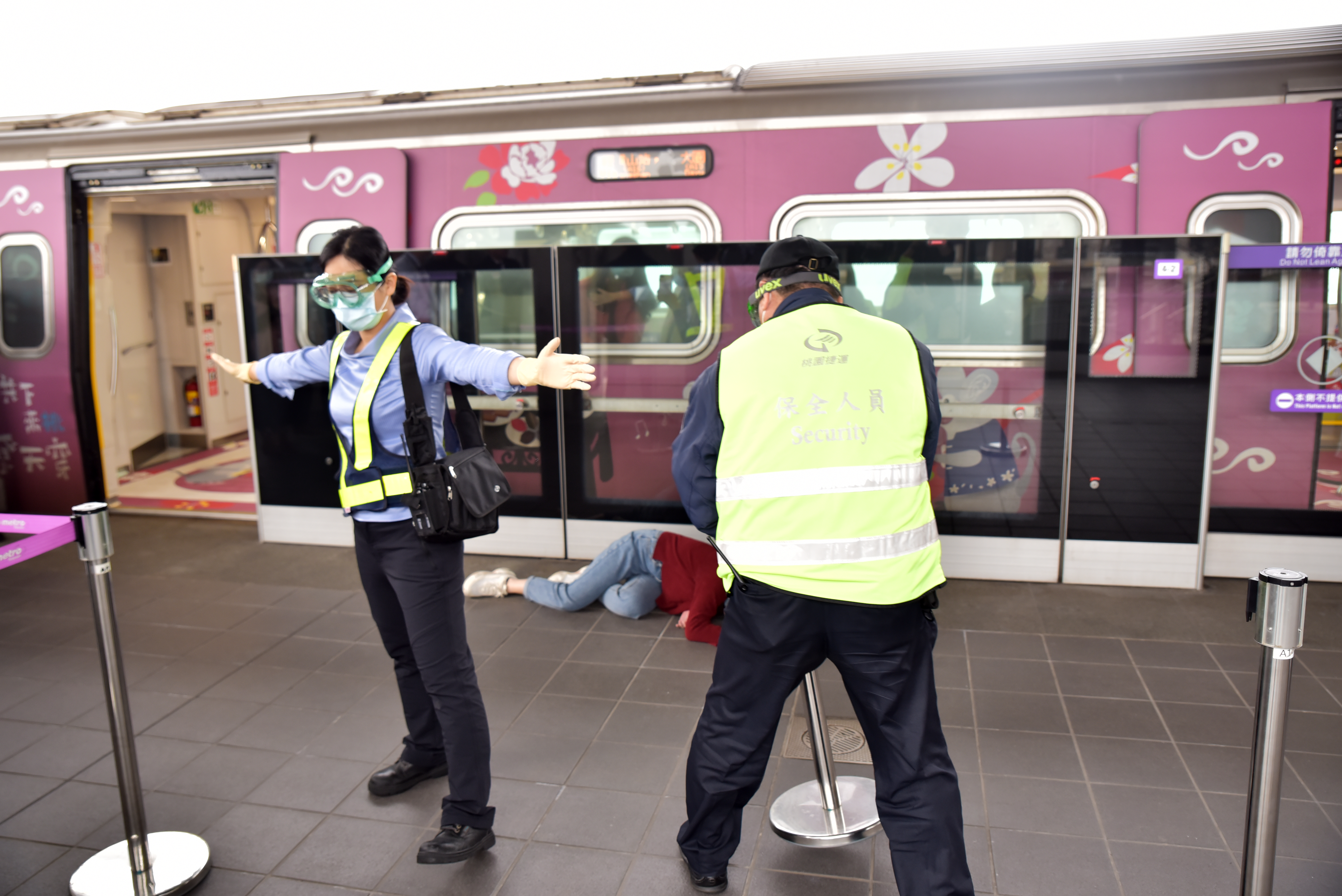 站務人員將疑似染疫旅客隔離