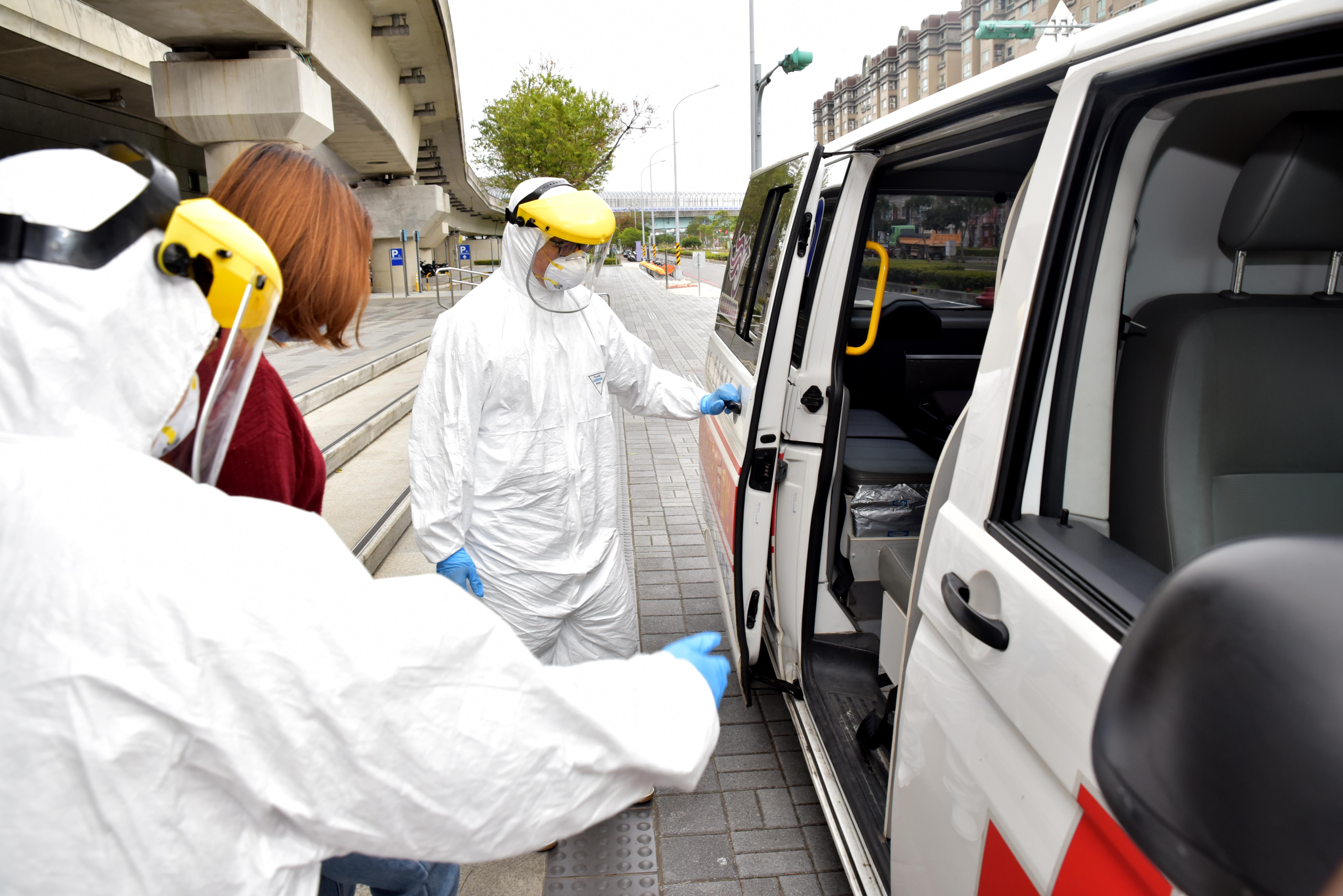 協助疑似染疫旅客上救護車