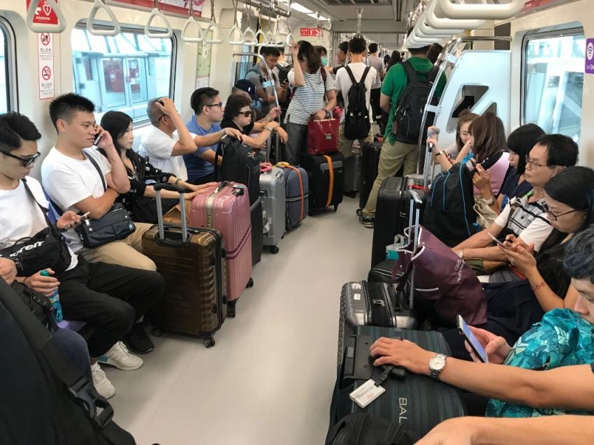 旅客搭乘機捷車內圖