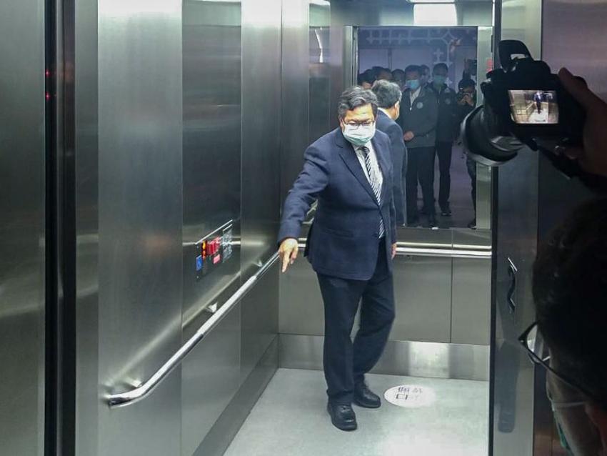 桃捷貫徹執行搭捷運戴口罩政策-市長搭電梯